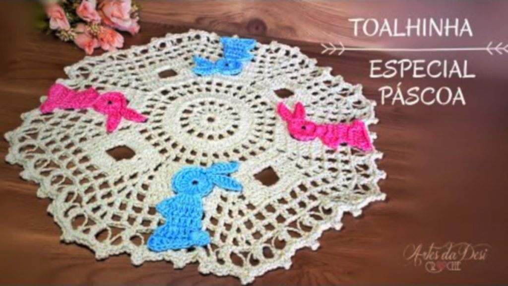 Toalhinha De Crochê Especial De Páscoa Com Coelhinhos ~ Artes Da Desi – Passo A Passo [Vídeo Aula]